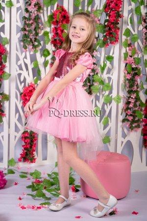 Платье Платье нарядное с ассиметричным низом юбки. Перед платья - реверсивные пайетки. По спинке молния. Сзади завязывается на поясок. Подклад - хлопок.Пышный подъюбник. *** На фото девочка рост 130