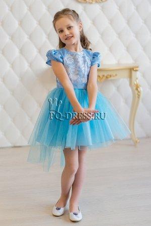 Платье Платье нарядное с ассиметричным низом юбки. Перед платья - гипюр с вышивкой. По спинке молния. Сзади завязывается на поясок. Подклад - хлопок.Пышный подъюбник. *** На фото девочка р