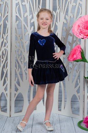 Платье Платье из велюра с нашивками сердечки из реверсивных пайеток. Пояс украшен декоративной цепочкой. Подъюбник придает юбочке пышность. Молния по спинке. Хлопковый подклад по всей длине. *** На фо