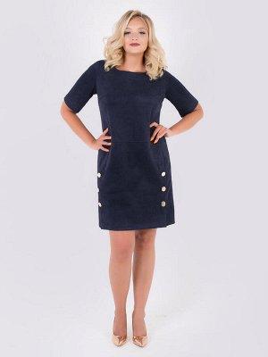 Платья Платье прямого силуэта из замши т.синего цвета. - горловина круглая на обтачке - рукава втачные до локтя - перед отрезной с декоратиными шлицами на пуговицах - потайная застежка-молния на спи