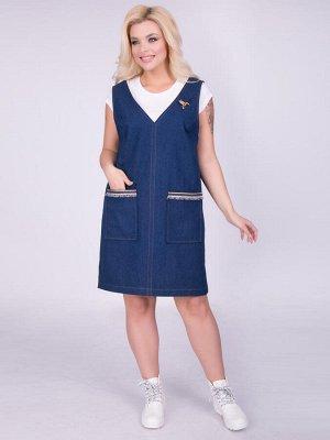Платья Стильныйсарафан силуэта трапеция из джинсовой ткани универсальной расцветки. Модель с широкимибретелями и глубокими проймами. Переднее полотнище дополнено накладными карманами, которые укра