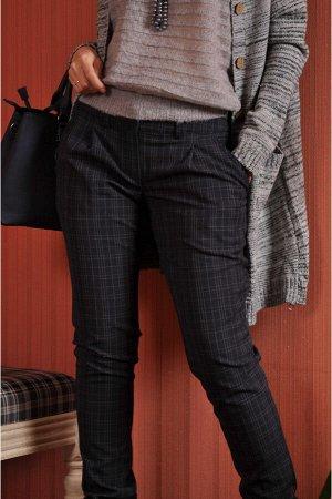 Брюки Эти очень свободные в зоне бедер брюки на теплой шерстяной основе брюки можно отнести к разновидности брюк-галифе.Длинные,прямые и узкие,они легко лягут в голенища сапог.Такой фасон снизит контр