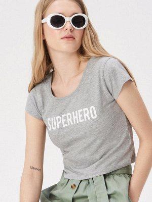 Укороченная футболка с надписью