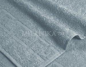 Серое махровое полотенце