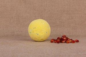 """Бурлящий шар для ванны """"Чёрная смородина и клюква"""""""
