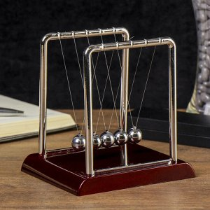Маятник Ньютона на квадратной подставке бордовый, средний