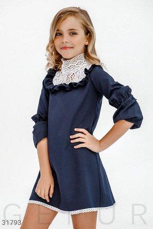 Сдержанное платье с кружевом
