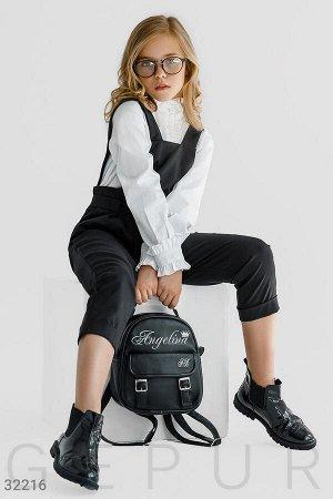 Брюки Оригинальные брюки-комбинезон: лямки на пуговицах, эластичная вставка на талии с однотонным поясом, два прорезных кармана по бокам и фиксированные отвороты.