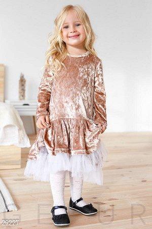 Платье Детское платье с аккуратным вырезом, небольшим боковым карманом и пышной фатиновой юбкой.