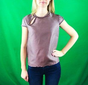 Блуза Ткань - имитация шёлка В современном женском гардеробе многочисленные топы, блузоны, туники, рубашки и блузы, как правило, выступают в роли основных предметов, уверенно обгоняя по популярности п