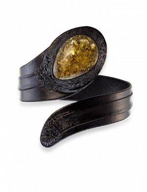 Стильный чёрный браслет из натуральной кожи со вставкой из сверкающего коньячного янтаря «Змейка», 6050203018