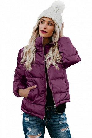 Лиловая стеганая куртка длиной до талии с двумя карманами внизу
