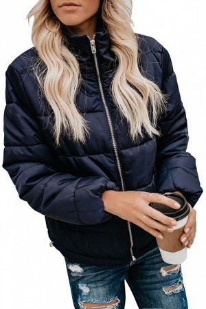 Синяя стеганая куртка длиной до талии с двумя карманами внизу