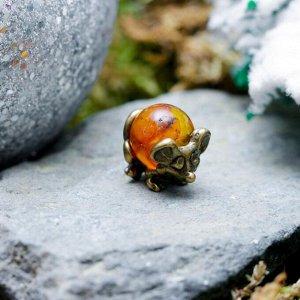 """Сувенир кошельковый """"Мышка загребушка с янтарным шариком"""", с натуральным янтарем"""