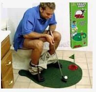 Мини гольф Несомненно креативным и полезным подарком может стать Туалетный набор для гольфа. Комплектация: 1. Зеленый коврик; ( 76 * 63 см)  2. Лунка с флагом; ( 12 см) 3. Два шара для гольфа; 4. Клюш