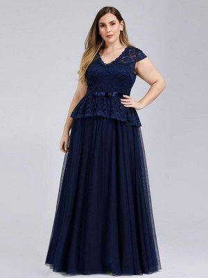 Вечернее длинное темно-синее платье с кружевными рукавами и баской.