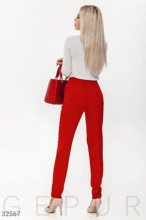 Красные зауженные брюки