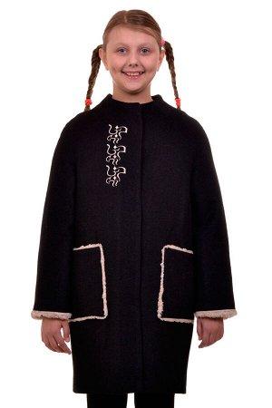 Пальто Цвет: Черный; Материал: Вареная шерсть Утепленное пальто для девочки с вышивкой. Ткань верха - Вареная шерсть (65% шерсть + 35% п/э), подклад - 100%п/э, утеплитель синтепон 100 гр. Меховая опуш