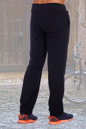 Брюки 652 хлопок-72%, полиэстер-20%, лайкра-8% Мужские брюки из футера с лайкрой. Прямой покрой, по бокам карманы, спереди оригинальный принт, пояс на резинке со шнурком. На манжетах футер с лайкрой 2