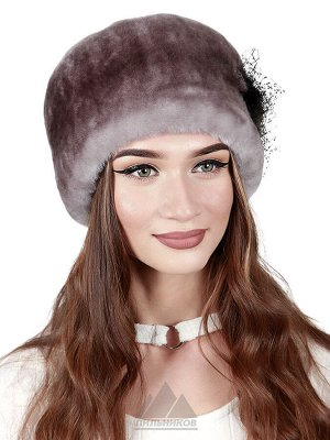 Женская шапка из мутона с украшениемЛиана