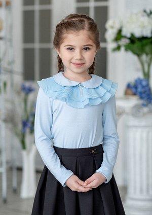 Ульяна Очаровательная блузка для девочек младшего школьного возраста, с длинными рукавами и круглым отложным воротничком. Модель дополнена съемным воротничком из гофрированной ткани и изящной брошью,