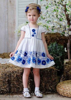 Маняша Платье, созданное по мотивам стиля «гжель». Модель двухслойная, на подкладе, с завышенной линией талии. Рукава и лиф декорированы ажурной тесьмой, застежка на молнию сзади, юбка пышная, присбор