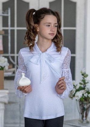 Илария Совершенно очаровательная, легкая блузка для девочки старшего школьного возраста. Рукав присобран между плечом и локтевым сгибом окантован. Блузка идеальна в сочетании с сарафанами. Воротник на