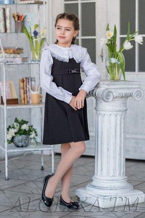 Лента Простая, но в тоже время элегантная модель для девочек школьного возраста. Сарафан с завышенной талией, немного расклешенный книзу, украшен бантиком.