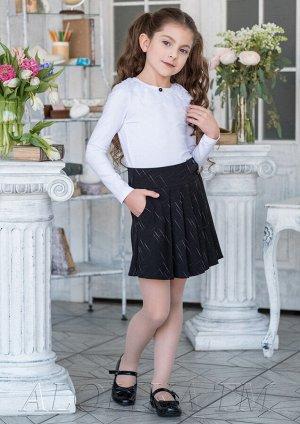 Элла Расклешенная юбка с запахом для девочек младшего и среднего школьного возраста. Передняя половинка юбки с боковыми подкройными карманами и симметричными односторонними складками. Верх юбки на шир