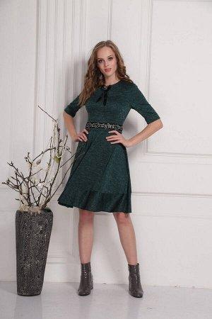 Платье Платье AMORI  9423 зеленое  Состав ткани: Вискоза-36%; ПЭ-61%; Эластан-3%;  Трикотажное платье с расширением полусолнце. Съёмный богато расшитый широкий пояс.У горловины съёмная эффектная брош