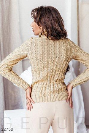 Вязаный свитер бежевого оттенка
