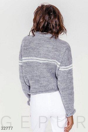 Короткий свитер серого цвета