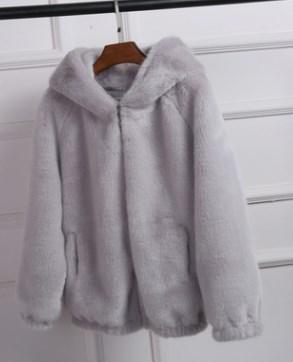 Куртка Куртка, оформленная длинными рукавами и капюшоном, имитация норки/полиэстер. Размер (обхват груди, длина изделия, см): S (100,60), M (104,61), L (108,62), XL (112,63), 2XL (116,64), 3XL (120,65