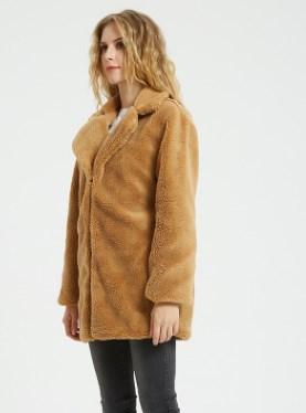 Куртка Куртка, оформленная длинными рукавами, искусственный мех/полиэстер. Размер (обхват груди, длина рукава, длина изделия, см): S (92,58,81), M (96,59,82), L (100,60,83), XL (104,61,84), 2XL (108,6