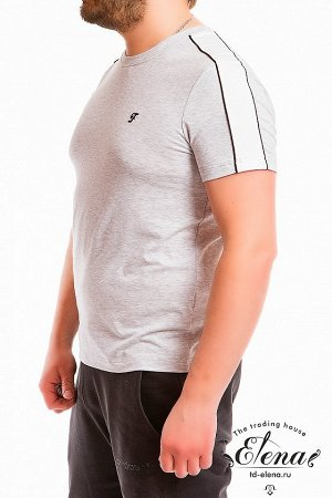 Футболка Футболка мужская, выполнена из кулирки с лайкрой, в плечевой части отделочная полоса с кантом. С коротким рукавом и круглым вырезом горловины с притачной планкой из рибаны. Спереди расположен