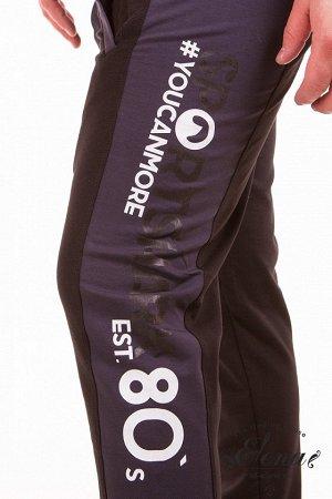 Брюки Брюки мужские выполнены из хлопкового полотна с добавлением лайкры. Пояс на резинке, брюки прямого кроя, спереди два кармана. По бокам, по всей длине брюк вставки из отделочного полотна, на кото