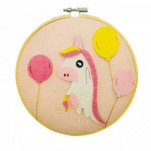 Аппликация из текстильных деталей на пяльцах «Единорог с шариками»