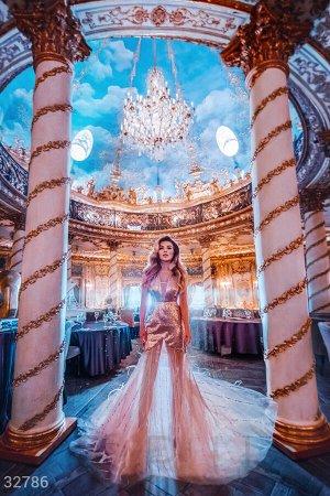 Платье с перьями и декоративной отделкой