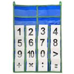 Касса цифр Классическая касса размером 35x55 см позволяет при помощи карточек решить множество математических выражений, расположив их в четырех кармашках. Пришитые сверху петельки дают возможность за