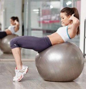 Упражнение ✓ Ложимся на снаряд спиной так, чтобы поясница была прямо на инвентаре, а плечевой пояс и голова – свисали. ✓ Стопы упираем о поверхность, расставляем по ширине плеч. ✓ Руки скрещиваем или