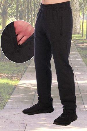 Брюки 3422 хлопок-72%, полиэстер-20%, лайкра-8% Мужские брюки современного дизайна из футера, по бокам карманы на молнии, отделанные плащевкой и украшенные декоративной кнопкой. Без манжет. Пояс на ре