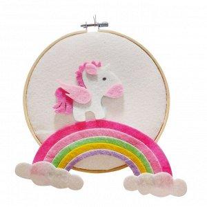 Аппликация из текстильных деталей на пяльцах «Пони на радуге»