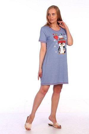 Платье Платье женское с принтом «Пингвин». Платье прямого силуэта, с О-образным вырезом горловины, с короткими втачными рукавами. Вдоль нижнего среза платья и рукавов проложена отделочная строчка конт