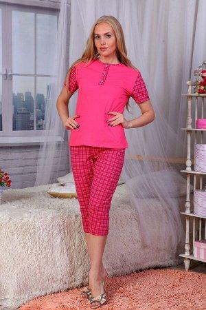Пижама Трикотажная женская пижама с бриджами. Футболка с коротким рукавом отделана планкой на трех перламутровых пуговках. Бриджи длиной ниже колен украшены расцветкой в клеточку. Изделие выполнено из