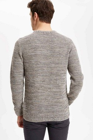 Пуловер Размеры модели: рост: 1,88 грудь: 96 талия: 82 бедрa: 101 Надет размер: M акрил 100%