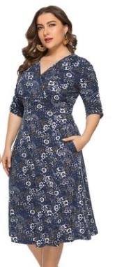 Платье Платье, оформленное V-образным вырезом горловины, полиэстер. Размер (обхват груди, обхват талии, длина изделия, см): XL (108,90,111), 2XL (114,96,113), 3XL (120,102,115), 4XL (126,108,117), 5XL