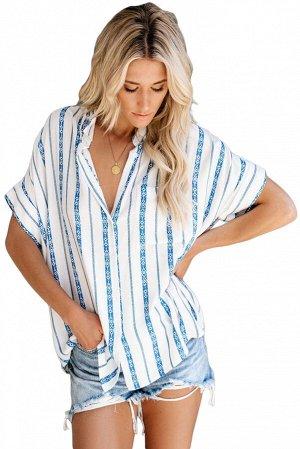 Белая в синюю полоску рубашка свободного покроя