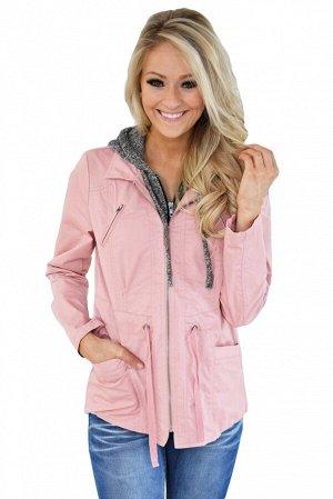Розовая приталенная куртка с поясом, карманами и серым капюшоном