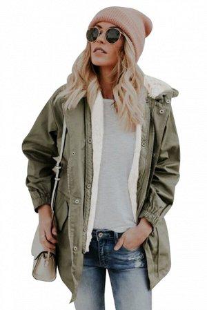 Зеленая куртка на молнии с белой пушистой подкладкой и капюшоном