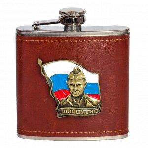 Правильная фляга для алкоголя с портретом Путина на фоне флага России. Статусное оформление коричневой кожей №15